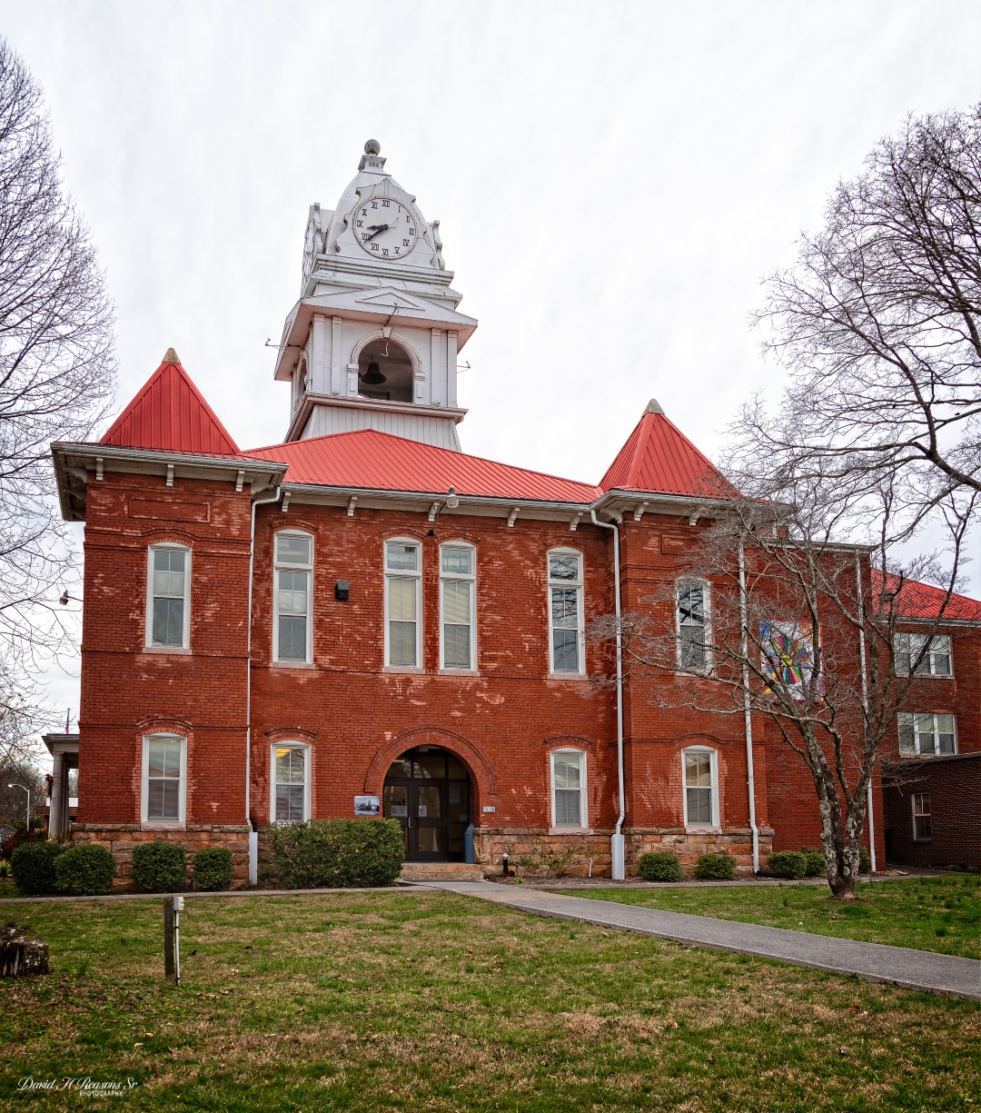 The current Richardsonian Romanesque-style courthouse was built in 1904